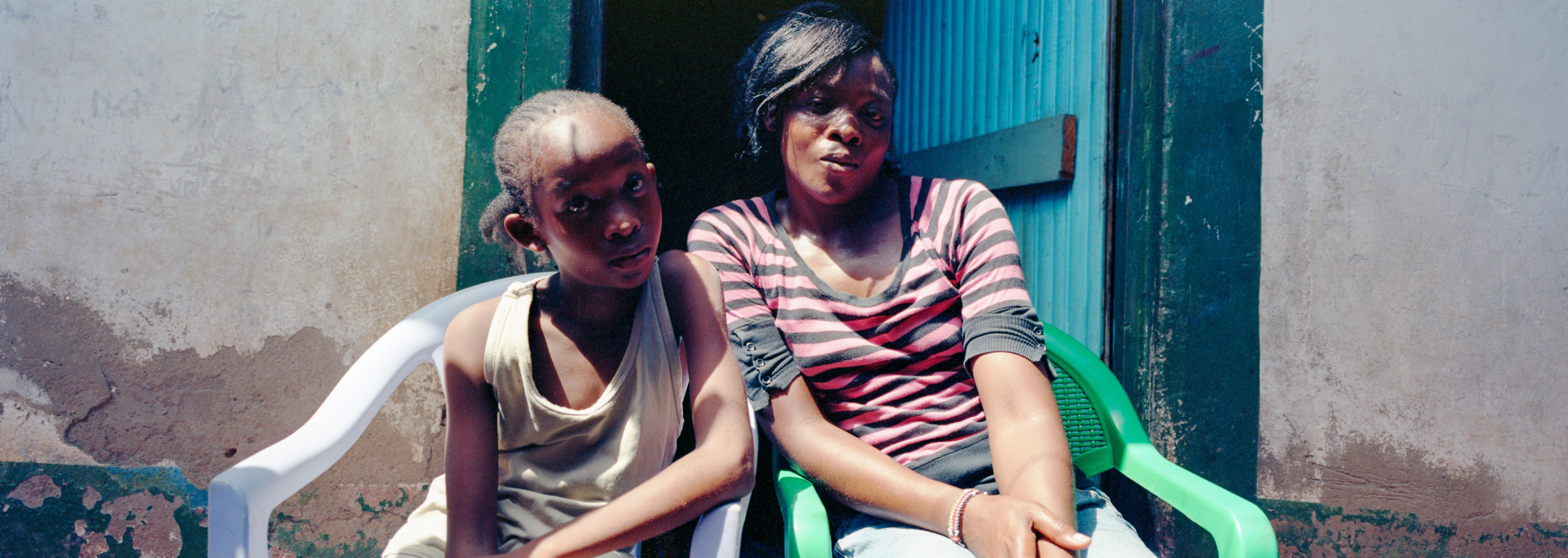 Hellen, de Keniase vriendin van Gilbert, met haar dochter
