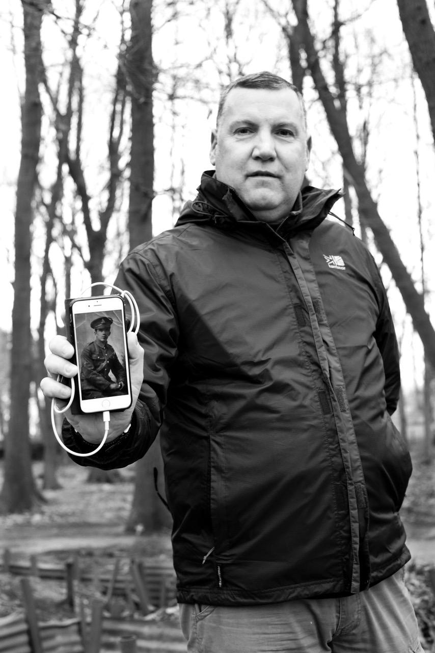 Martin Harley, met foto van gesneuvelde oom. Foto: Claire Felicie.